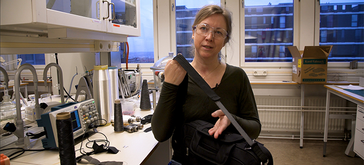 Researcher Anja Lund with a piece of electric textile in the shoulder strap of a bag. Johan Bodell ©